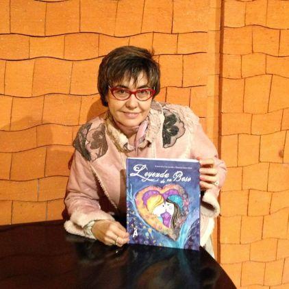 Asunción Carracedo, con su libro, en una imagen tomada de su Facebook.