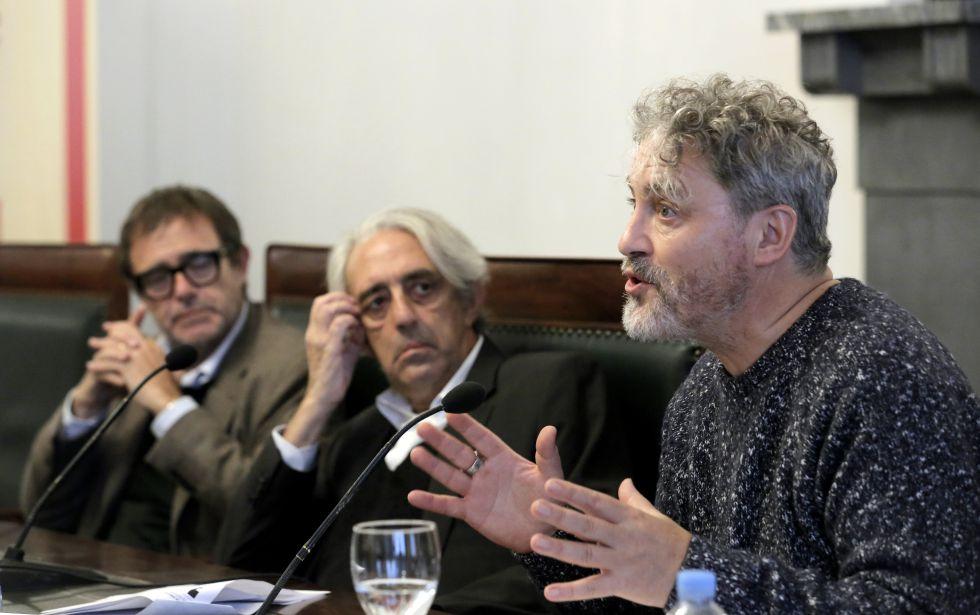 Manuel Rivas, en primer plano, junto a Juan Barja y Enrique Anaut. / © Fotografía: Carlos Rosillo (El País).