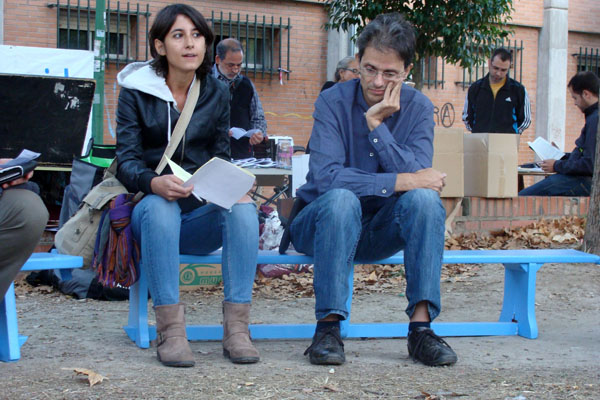 Gladys Martínez y Juan Carlos Barba, dos de los autores del libro `Tu casa no es tuya, es del banco. Resistencias y alternativas colectivas frente al colapso de la burbuja inmobiliaria´. Foto: L. Fraile.