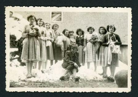 Territorio archivo. Alumnas y profesora de corte y confección en Barrillos de Curueño, (1950). Conservadora: Adelina Díez Robles