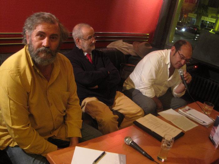 El periodista Fulgencio Fernández, el profesor Francisco Flecha Andrés y Antonio Barreñada, durante la presentación del libro.