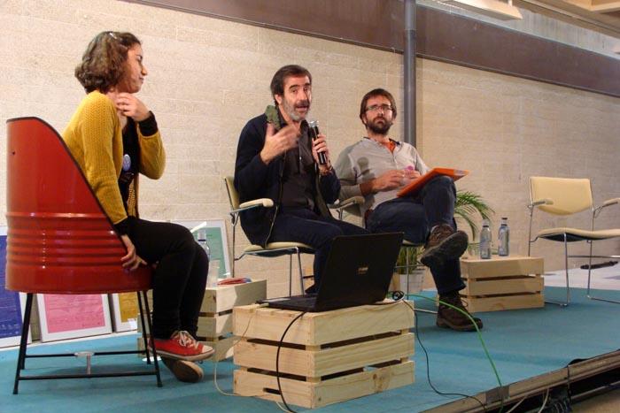 Laia Ramos (Idensitat), Augusto Paramio (moderador) y Daniel García (Movimiento ATD Cuarto Mundo). Foto: L. Fraile.
