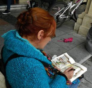 Charo Acera dibujando en la calle. © Fotografía: Marcelo Oscar Barrientos Tettamanti.