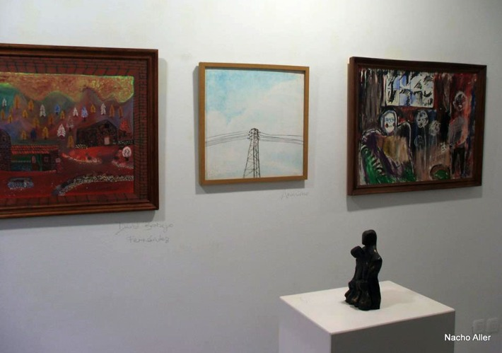 Obras en la exposición colectiva de la galería Ármaga con motivo del Día Mundial de la Salud Mental. © Fotografía: Nacho Aller.