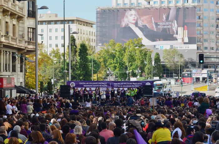 Escenario principal de la movilización con trampantojo publicitario al fondo. Foto: Gaspar Francés.
