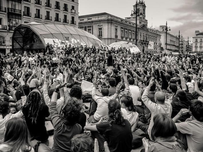 """Una de las fotografías del libro """"Un sol en cada plaza"""", de Ángel Araújo."""