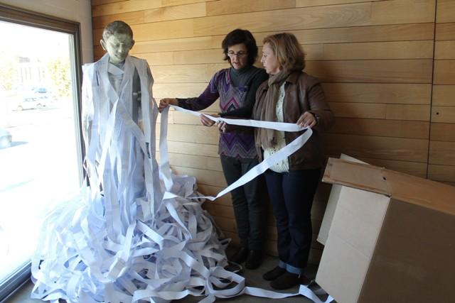 La artista Isabel Alonso junto a una de sus piezas en el Auditorio de León.