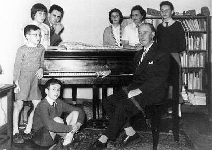 El poeta Gerardo Diego con su mujer y sus seis hijos.