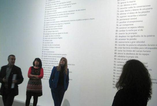 """El director del Musac, Manuel Olveira, y la directora de Políticas Culturales de la Junta, Mar Sancho, durante una visita a la muestra """"Cómo hacer arte con palabras"""". © Foto: E. Otero."""