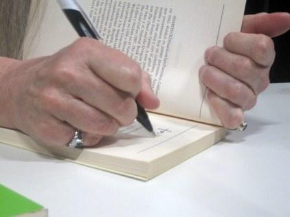 Las manos de Sharon Olds. © Fotografía: Eloísa Otero.