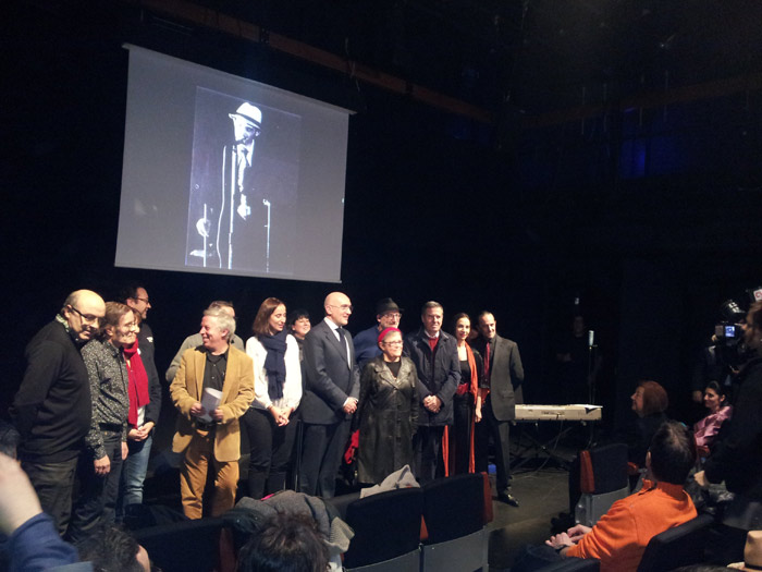 Compañeros de Teatro Corsario, algunas autoridades de la Diputación de Valladolid, familiares y amigos posan delante de la imagen de Fernando Urdiales en el momento que le hacen un reconocimiento público y le dedican su nombre a la sala experimental del Teatro Zorrilla de Valladolid.