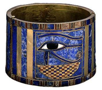 Brazalete de Sesonquis I con el ojo Udyat. Museo Egipcio de El Cairo.