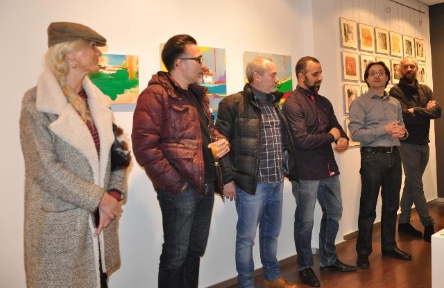El director de la galería junto a algunos de los artistas que integran Colectva Formato C.