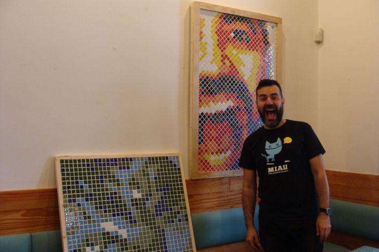 Julián Arranz junto a dos de sus obras. Fotografía: Laura Fraile.