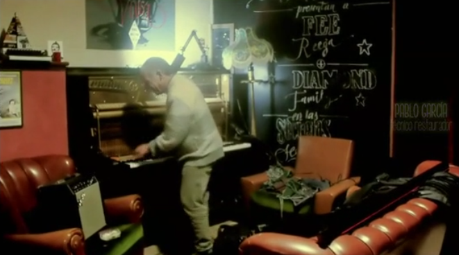 Pablo García comprobando el estado del piano del bar Belmondo.