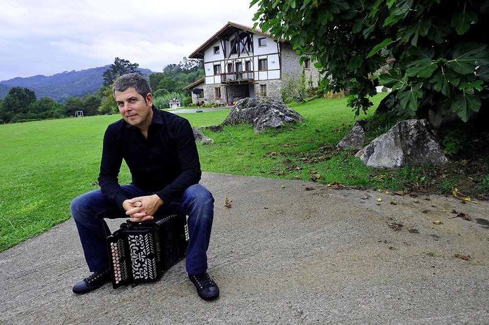 El músico vasco KEPA JUNKERA. En el entorno de su caserío OLIENE, en Busturia. Bizkaia.