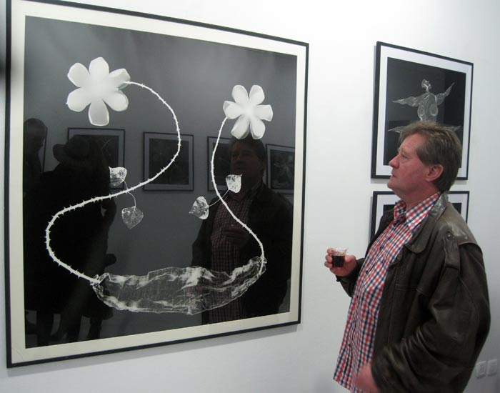 """Martinferre en Ármaga, junto a una de sus fotografías de la serie """"Flores para mi funeral"""". Foto: E. Otero."""
