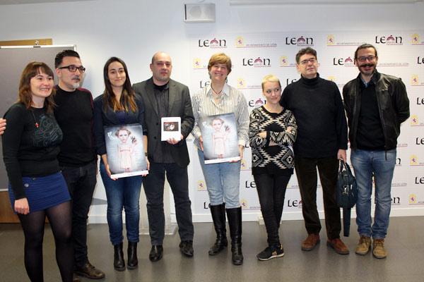 Artistas participantes en Le Pasquín 2016, con la concejala de Cultura. (Isabel Medarde, Santos Perandones, Julia Martín, Víctor M. Díez, Margarita Torres, Miriam Vega, Ildefonso Rodríguez y Pablo García).