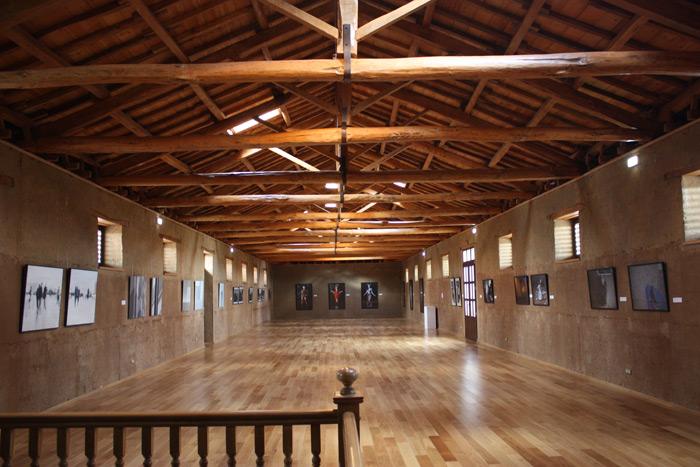 """Interior del MIHACALE, con las obras de la exposición """"No lugares, no personas""""."""
