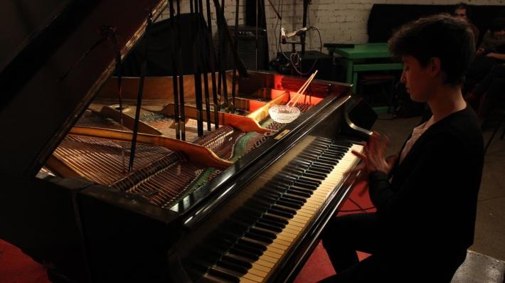 """Hara Alonso al piano. """"Experimental Sound Gallery, San Petesburg, Russia"""". (Imagen tomada de su página web)."""