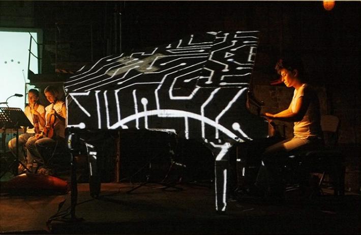 Hara Alonso al piano. (Imagen tomada de la página web de Hara Alonso)