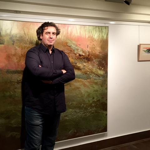 El artista Gonzalo Prieto junto a una de sus obras en La Casona.
