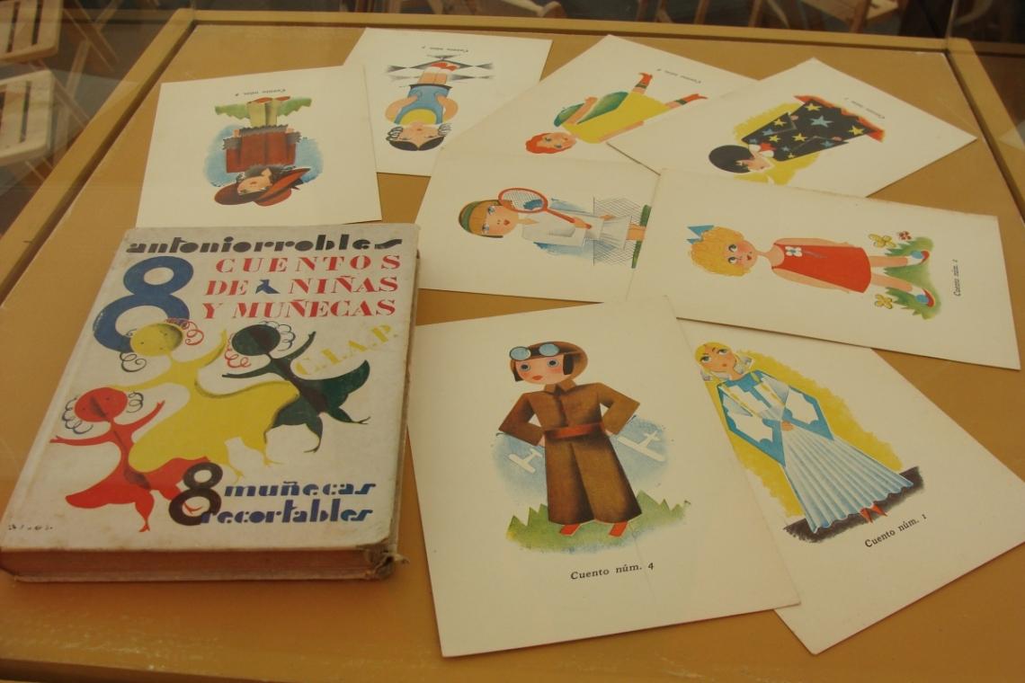 """El libro """"8 cuentos de niñas y muñecas"""" de Antoniorrobles.Foto L.F"""