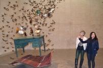"""Pamen Pereira y Kristine Guzman, durante una visita a la exposición """"La mujer de piedra se levanta y baila""""."""