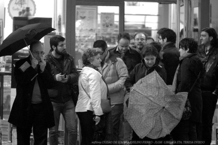 Presentación del libro de Avelino Fierro en Oviedo. A las puertas de la librería. © Foto: María Jesús.