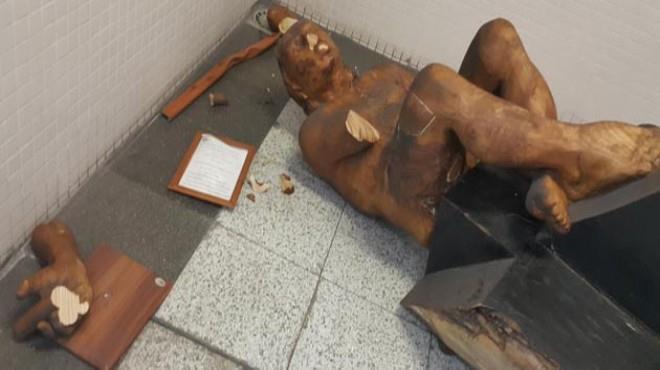 """""""The musician"""", escultura de Amancio González en Izmir (Turquía), destrozada."""