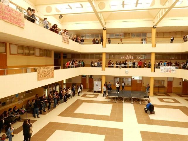 Lectura de textos y poemas en distintos idiomas, el pasado jueves 28 de abril, en la Facultad de Filosofía y Letras de León.