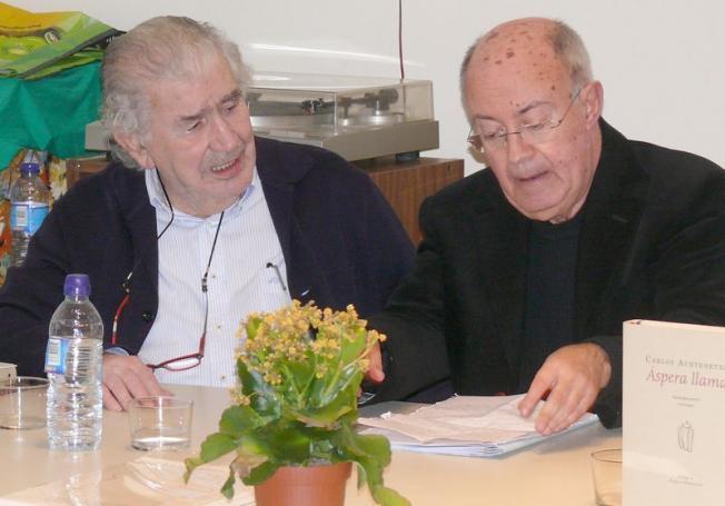 Antonio Gamoneda y Carlos Aurtenetxe, durante un encuentro en el Ateneo Varillas, en noviembre de 2014..