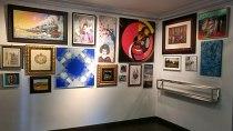 Exposición en Kanya Enmarcación con las obras donadas.