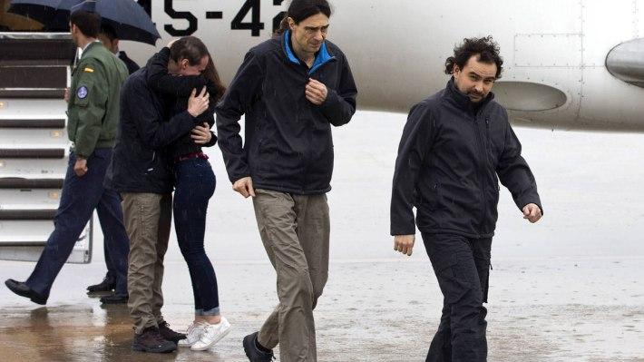 Los tres fotoperiodistas en el momento llegar a Torrejón (Madrid), el domingo 8 de mayo por la mañana.