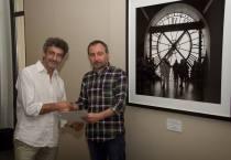 José Ramón Vega con Luis Grau Lobo, director del Museo de León, junto a la fotografía premiada.
