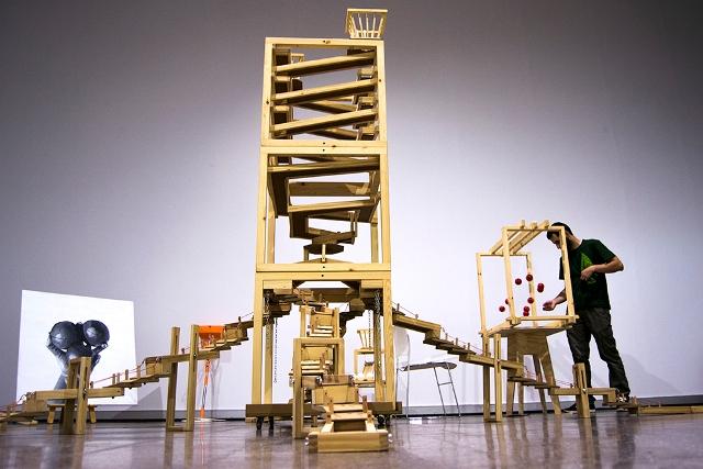 """Toni Liéban junto a las estructuras de """"Et Ludit"""" en Laboratorio 987. Fotografía: Cortesía de los artistas."""