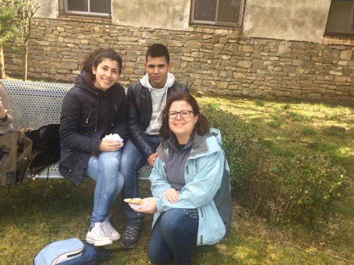 Marta Pérez, la profesora, en primer plano, junto a Clara García y Gabriel Vaquero toman un bocadillo tras la realización de la yincana en la fase nacional de las VII Olimpiadas de Geología, en Jaca.