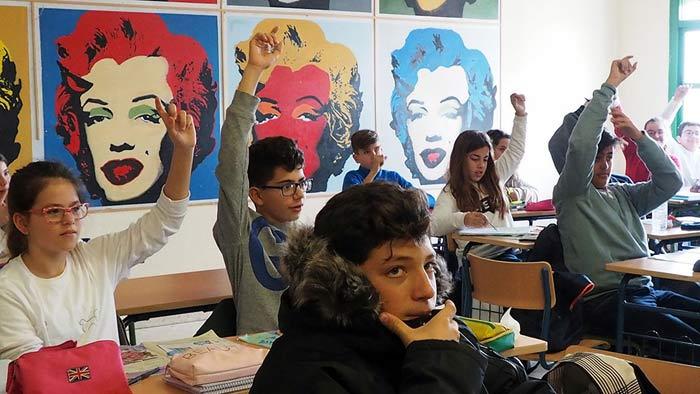 """Alumnos de 1º de la ESO, participando en una clase de Lengua, en el aula dedicada al Pop Art, delante de una de las obras más importantes del artista Andy Warhol,""""Marilyn Monroe"""" (1967).  © Fotografía: Ana Escalera."""