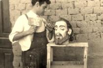 Poli esculpiendo en madera una cabeza de un Cristo allá por mediados de los años cincuenta.