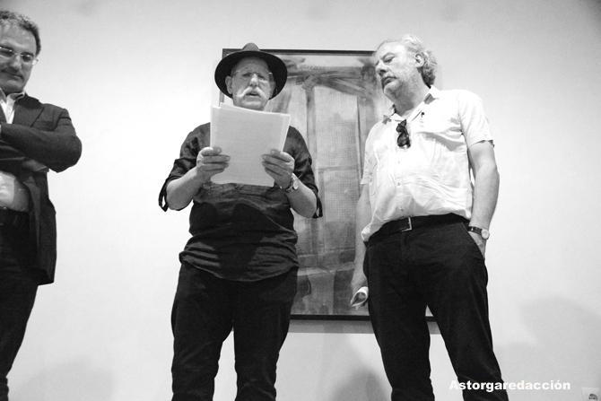 Sendo García, durante la inauguración, con el alcalde de Astorga y el escritor Julio Llamazares. © Fotografía: Eloy Rubio Carro.