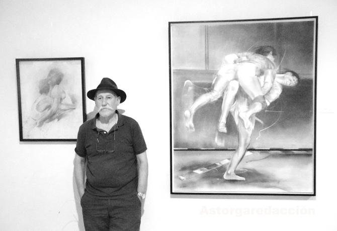 Sendo García, junto a algunas obras de la exposición. © Fotografía: Eloy Rubio Carro.