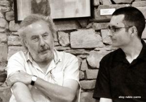 Julio Llamazares con Luis Miguel Suárez, durante la entrevista. © Fotografía: Eloy Rubio Carro.