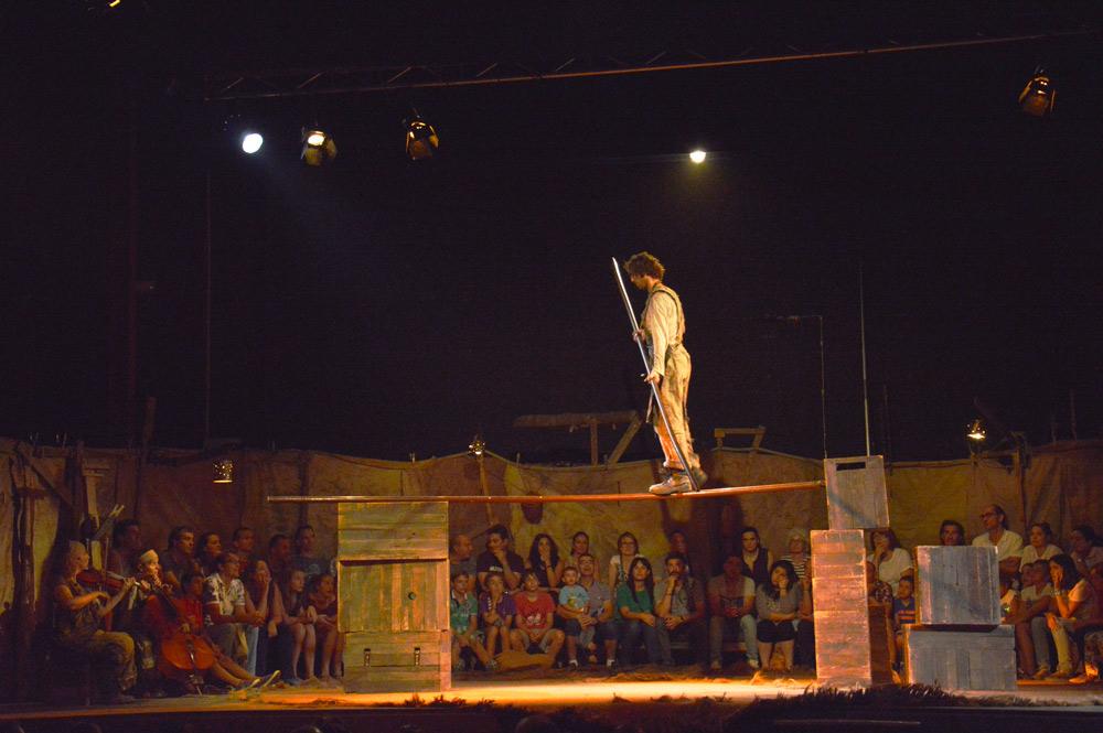"""Manolo Alcántara en el espectáculo """"Rudo"""", montaje de clausura de FETAL 2016 en el Corral de Anuncia de Urones. © Fotografía: TOR."""
