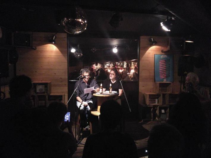Vega y José Pajares Iglesias, en el Babylon, durante la presentación del libro. © Foto: Juan Carlos Pajares.