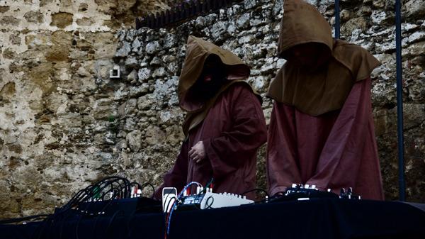 Genzo P. [izquierda] y Javier Iriso durante la actuación de ArsPoetriX en el Castillo de Valencia de Don Juan [Provincia TESLA, 3 de septiembre de 2016]. Foto: Andrea Soto