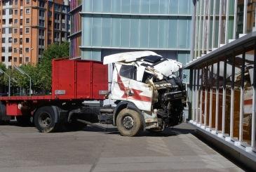 Darío Corbeira. La Clase Obrera nunca fue al paraíso (4), 2005-16. Instalación compuesta por camión siniestrado y texto.