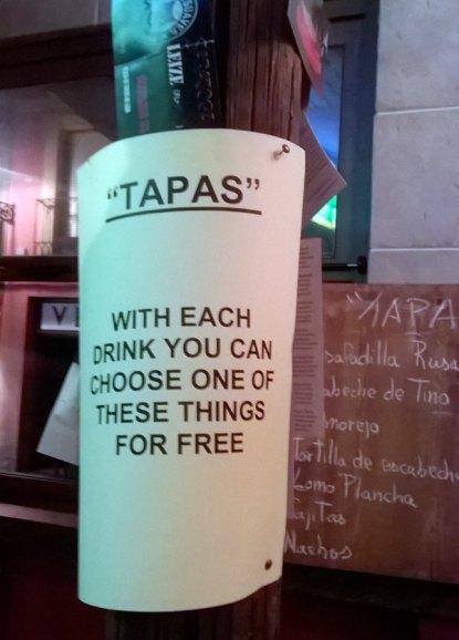 Cartel para extranjeros explicando qué es una tapa, en un bar de León. © Foto: E. Otero.
