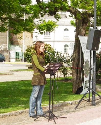 Leire Bilbao durante una lectura en el muelle de Ferrol.
