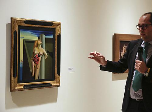 Diego Cascón, responsable de la gestión de la Colección de Arte ABANCA, durante la presentación de la exposición.