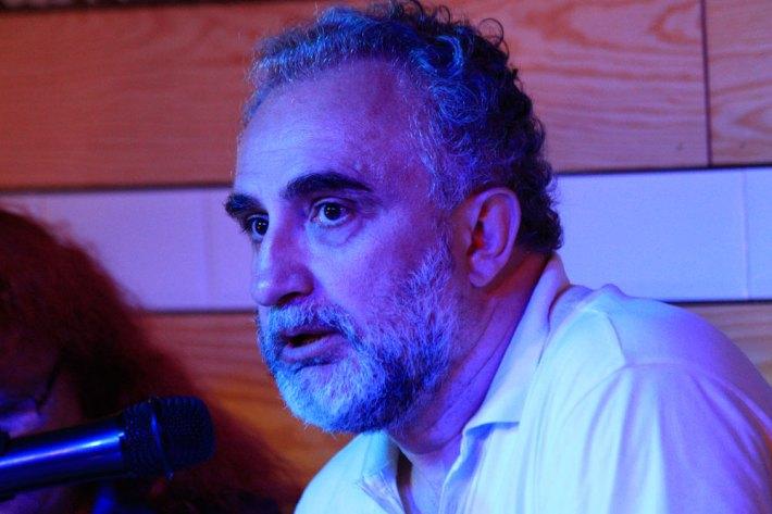 Víktor Gómez durante la presentación de su libro en El Gran Café de León. © Fotografía: Pedro P. Grande / León Literario.
